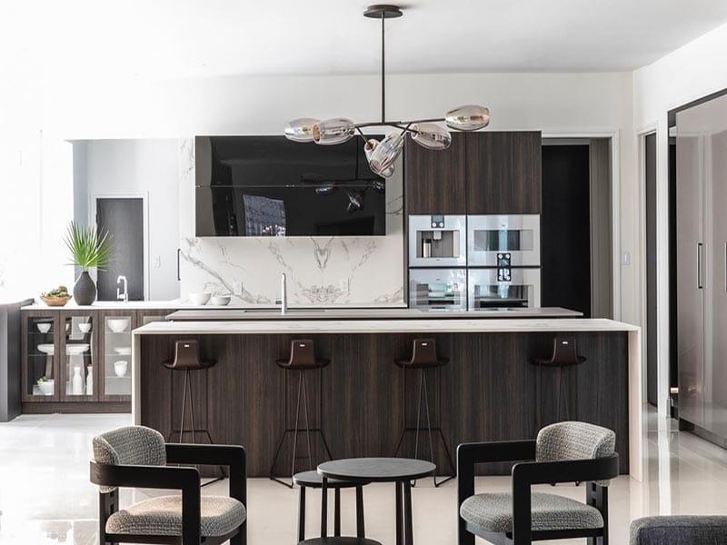 Mẫu tủ bếp laminate đẹp với gam màu đen trắng đơn giản mà tinh tế và sang trọng. Thích hợp với những cặp vợ chồng trẻ