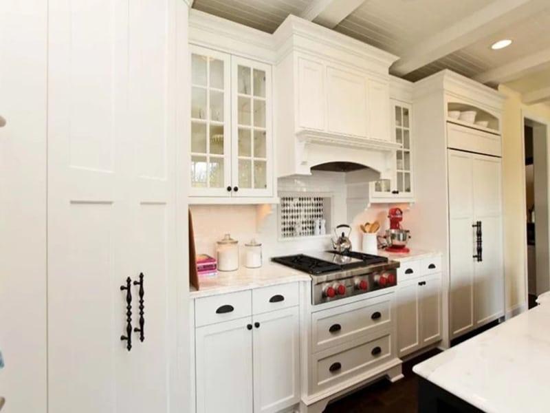Tủ bếp tân cổ điển với tông màu trắng tinh tế, sang trọng