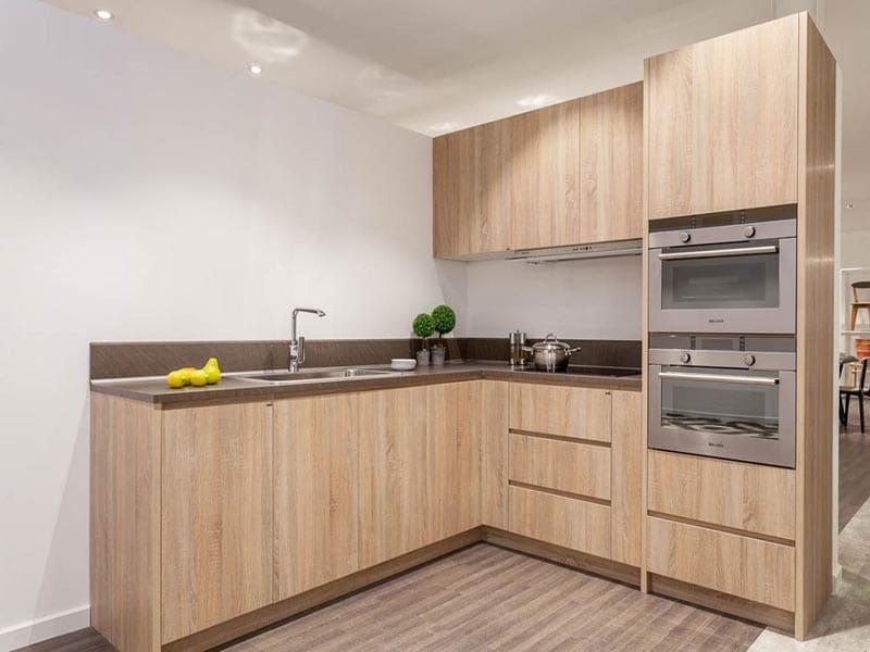 Mẫu tủ bếp laminate đẹp chữ L tận dụng được góc vuông của ngôi nhà, mang lại không gian rộng rãi, thoải mái. Đơn giản mà đầy tinh tế