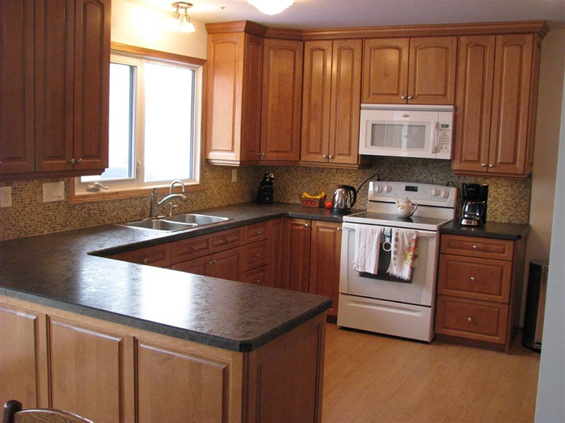 Tủ bếp xoan đào đẹp chữ U giúp gia chủ có thể sử dụng tối đa công năng của tủ bếp. Thích hợp với ngôi nhà có không gian bép rộng